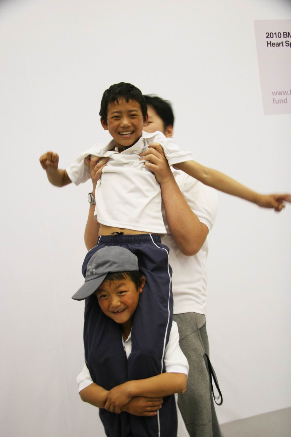 来自玉树灾区的孤儿在游戏中重拾欢笑.JPG